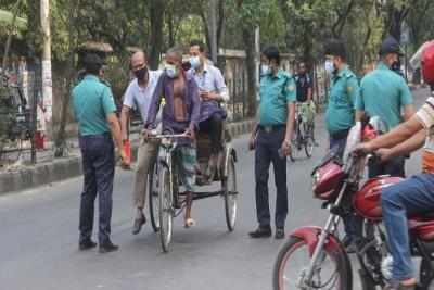 রাজধানীর মোড়ে মোড়ে চেকপোস্ট : যানবাহনের চাপও কম
